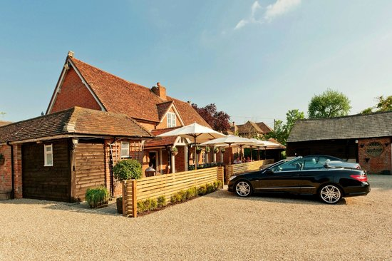 Best Country Pubs Near Ascot – The Winning Post Winkfield – Perfect Venue For A Catch Up With Friends !
